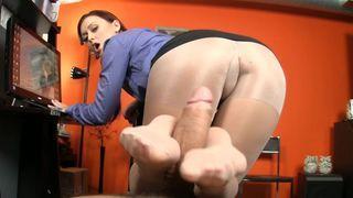 büro fuß fetisch mit einem hübschen sekretärin in nylon strümpfe und süße fotze
