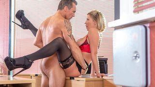 blonde sekretärin ihrem chef im büro ficken