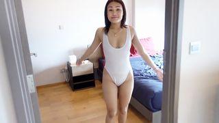 Ein Mädchen mit einem Vibrator in der Farbe weiß