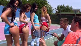 junge tennis spieler trafen sich zum gruppensex
