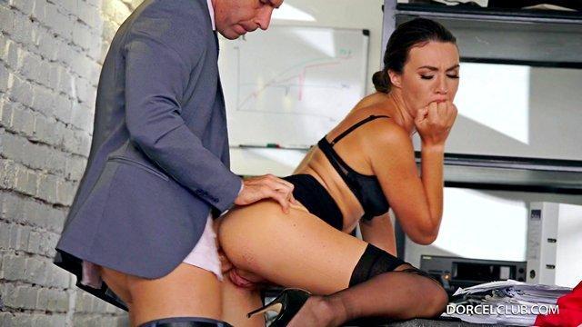 flüchtige romanze mit sekretärin und chef im geheimen von arbeitskollegen