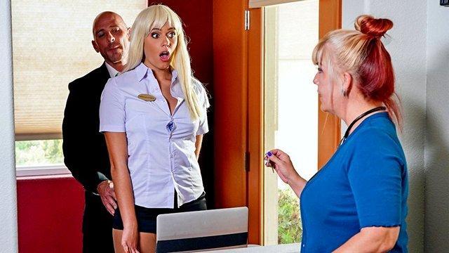 herrisch chef beschlossen, eine umfassende überprüfung für blondinen am ersten tag ihrer arbeit an der rezeption privat hotels